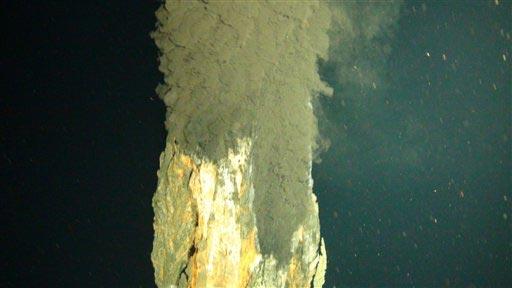 Imagen difundida por el Centro Oceanográfico Nacional en Southampton, Inglaterra, el lunes 12 de abril de 2010, mostrando agua con humo que sale de una torre de metal en un volcán submarino en el Caribe. Foto: AP / (National Oceanography Centre)
