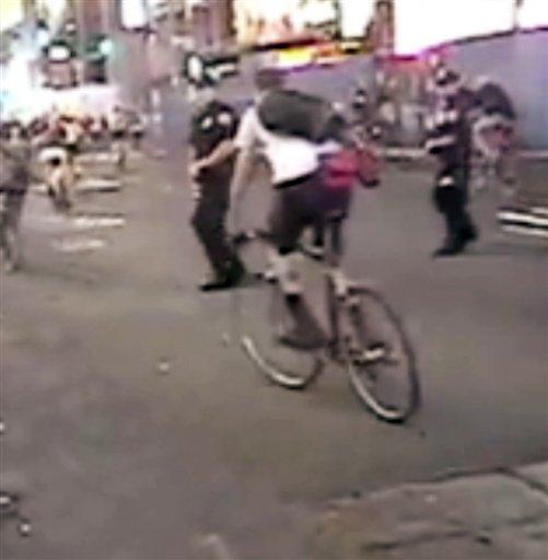 """Foto: En esta imagen del 25 de julio del 2008 tomada de un video publicado en YouTube bajo el título """"Time's Up!"""", el ex policía de Nueva York Patrick Pogan camina en la vía del manifestante ciclista Christopher Long, justo antes de tumbarlo de la bicicleta. (Foto AP/Times Up!)"""