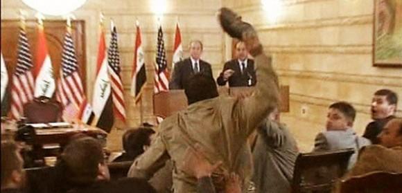 Muntazer al Zaidi, periodista que el 14 de diciembre del 2008 lanzó a George W. Bush su zapato en una conferencia de prensa en Bagdad.
