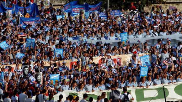 """Desfile central por el Primero de Mayo, en la Plaza de la Revolución """"José Martí"""", de esta capital, el 1 de mayo de 2010. AIN Foto: Marcelino VAZQUEZ HERNANDEZ"""