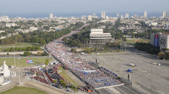 Desfile por el Día Internacional de los Trabajadores, en la Plaza de la Revolución de La Habana, el primero de mayo de 2010. AIN Foto: Roberto MOREJON RODRIGUEZ