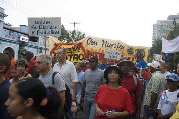 El pueblo de La Habana se dirige hacia la Plaza de la Revolución para desfilar con motivos al Día Internacional de los Trabajadores, en la Habana, Cuba, el primero de Mayo de 2010. AIN Foto: Abel ERNESTO