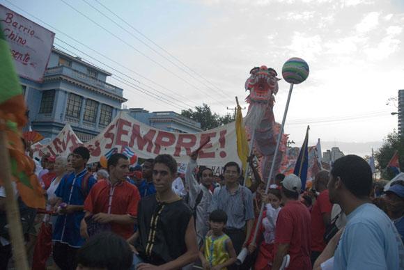 Residentes del Barrio Chino de La Habana se dirigen hacia la Plaza de la Revolución para desfilar con motivos al Día Internacional de los Trabajadores, en la Habana, Cuba, el primero de Mayo de 2010. AIN Foto: Abel ERNESTO