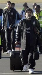 Maradona arriba a tierra sudafricana al frente del seleccionado argentino  Foto AP