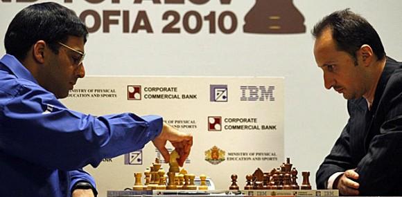 Anand y Topalov en la partida de este domingo 9 de mayo