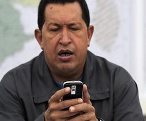 Hugo Chávez intercambiando mensajes con sus seguidores en Twitter.