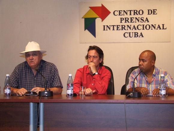 Ciro Benemelis, presidente de Cubadisco (I), Gregorio Gutiérrez (C), Director maestro sinfónico de islas canarias y el repentista cubano Alexis Díaz Pimienta (D)