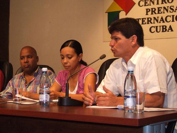 El repentista cubano Papillo junto a Cary Diez y Alexis Díaz Pimienta en la Conferencia de Prensa de Cubadisco 2010. Foto: Marianela Dufflar / Cubadebate