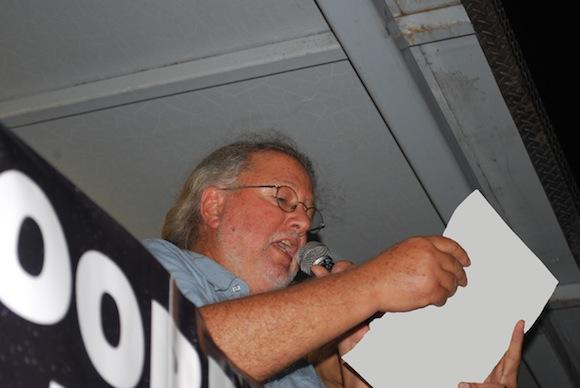 Roy Brown lee la carta de Silvio Rodríguez a los estudiantes de la Universidad de Puerto Rico.