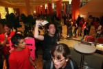 studiantes protestaron en el vestíbulo del hotel Sheraton, donde el PNP celebraba una actividad de recaudación de fondos encabezada por el gobernador Luis Fortuño. (El Nuevo Día / Xavier J. Araujo)