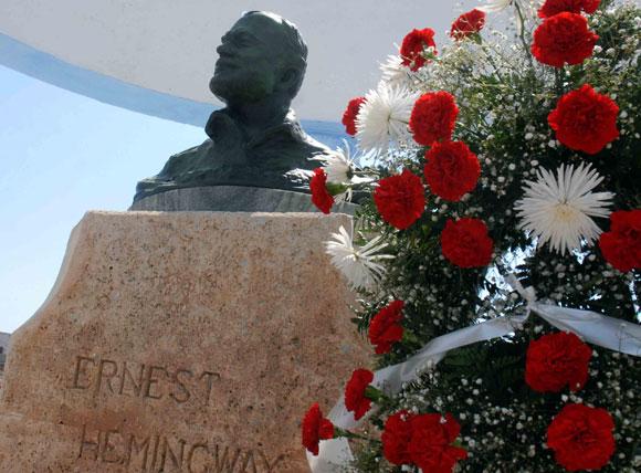 Con motivo del aniversario 50 del encuentro de Fidel y Ernest Hemingway, el pueblo de Cojimar depositó una ofrenda floral ante el busto de Hemingway, en Ciudad de La Habana, el 12 de mayo de 2010. AIN Foto: Marcelino VAZQUEZ HERNANDEZ