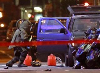 Unidades anti explosivos trabajaron toda la madrugada en la Nissan Pathfinder (Reuters)