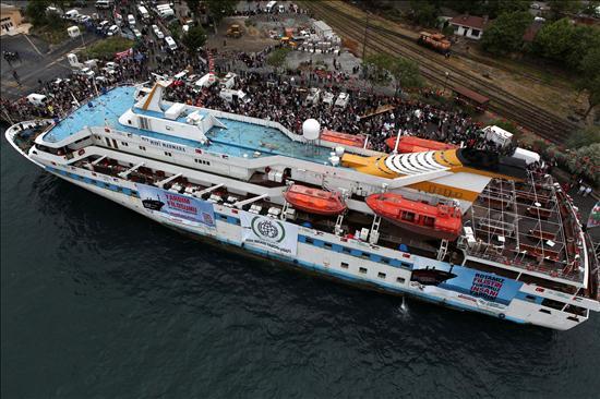 """Fotografía tomada el pasado día 25 del barco """"Mavi Marmara"""" zarpando del puerto de Estambul como parte de la llamada """"Flotilla de la Libertad"""". Soldados israelíes atacaron hoy la """"Flota de la Libertad"""", un grupo de seis barcos que transporta a más de 750 personas con ayuda humanitaria para Gaza. - Foto: EFE/Serkan Nergis"""
