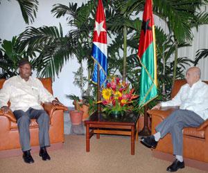 José Ramón Machado Ventura (d) Primer Vicepresidente de los Consejos de Estado y de Ministros de Cuba y Carlos Gomes (i), Primer Ministro de la República de Guinea Bissau