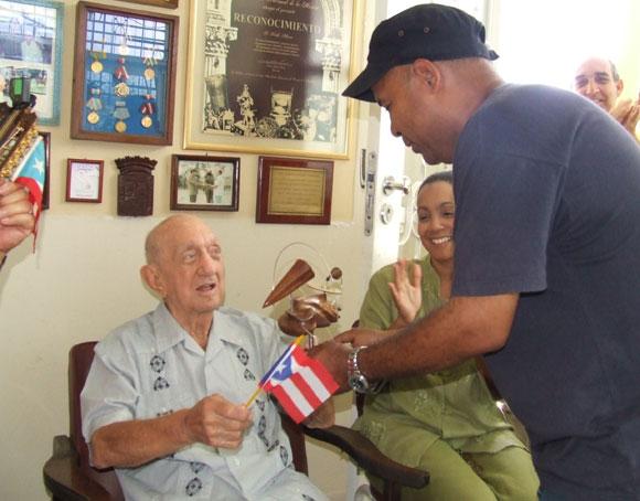 Gustavo Adolfo recibe de manos de Alexis Díaz Pimienta el Premio de Honor Cubadisco 2010. Foto: Marianela Dufflar
