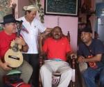 El Jilguero de Cienfuegos junto a repentistas que fueron a entregarle el Premio de Honor Cubadisco 2010. Foto: Marianela Dufflar
