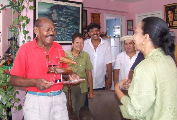 El Jilguero de Cienfuegos recibe el Premio de Honor Cubadisco 2010. Foto: Marianela Dufflar
