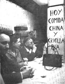 Juan Arcocha (primer plano), Simone de Beauvoir y Jean Paul Sartre en el barrio chino de La Habana.