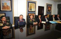 El estado mayor conjunto de las Fuerzas Armadas hondureñas junto al general Romeo Vasquez Velasquez (C) en la Corte Suprema en Tegucigalpa el 14 de enero de 2010. El Tribunal Supremo de Justicia de Honduras expulsó a cuatro jueces y a un defensor público que enfrentaban procesos disciplinarios por haber criticado el golpe de Estado del pasado 28 de junio.