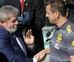 Lula saluda a Dunga en la despedida del seleccionado basileño antes del partir hacia Sudáfrica