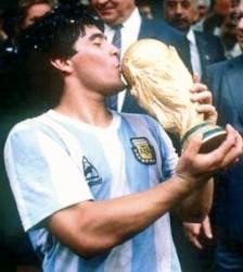 Diego Armando Maradona besa la cooa del Mundial 86