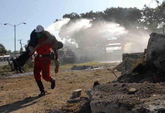 Especialistas de Rescate y Salvamento de la Cruz Roja Cubana y de las Fuerzas Armadas Revolucionaria, demuestran sus conocimientos durante el Ejercicio Meteoro 2010 en Santiago de Cuba. El 23 de Mayo de 2010.AINFOTO/Miguel RUBIERA JUSTIZ