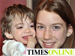 Brooke, con 16 años, en brazos de su hermana pequeña, Carly, de 13
