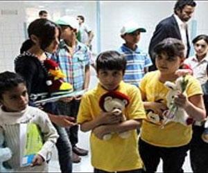 Niños libios visitaron al Rubén en el hospital y le entregaron diversos obsequios. Foto: AFP