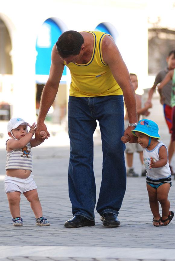 Dos niños juegan al salir de la escuela, en Ciudad de La Habana, el 14 de mayo de 2010. AIN Foto: Yaciel PEÑA DE LA PEÑA