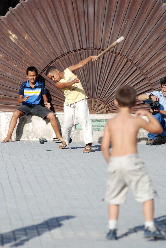 Niños jugando a la pelota en el Centro Histórico de La Habana Vieja, en Ciudad de La Habana, el 14 de mayo de 2010. AIN Foto: Yaciel PEÑA DE LA PEÑA