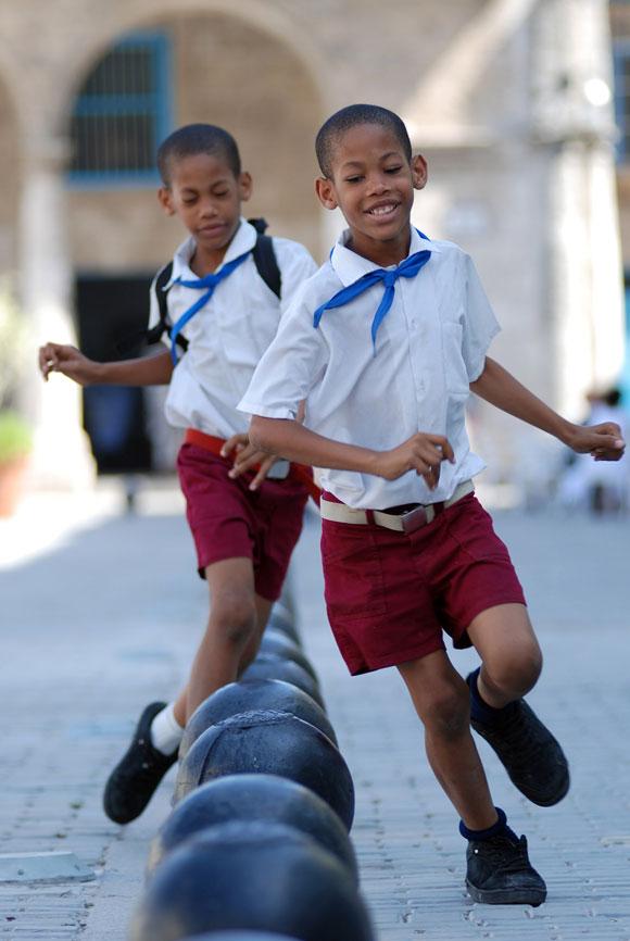 Dos niños juegan al salir de la escuela por el Centro Histórico de La Habana Vieja, en Ciudad de La Habana, el 14 de mayo de 2010. AIN Foto: Yaciel PEÑA DE LA PEÑA