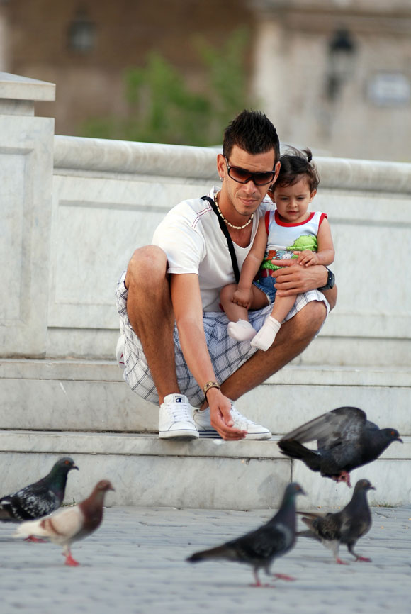 Un padre y su hija alimentan a las palomas en el Centro Histórico de La Habana Vieja, en Ciudad de La Habana, el 14 de mayo de 2010. AIN Foto: Yaciel PEÑA DE LA PEÑA