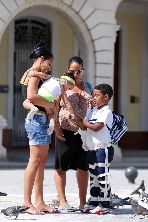 Familia disfruta del paisaje por el Centro Histórico de La Habana Vieja, en Ciudad de La Habana, el 14 de mayo de 2010. AIN Foto: Yaciel PEÑA DE LA PEÑA