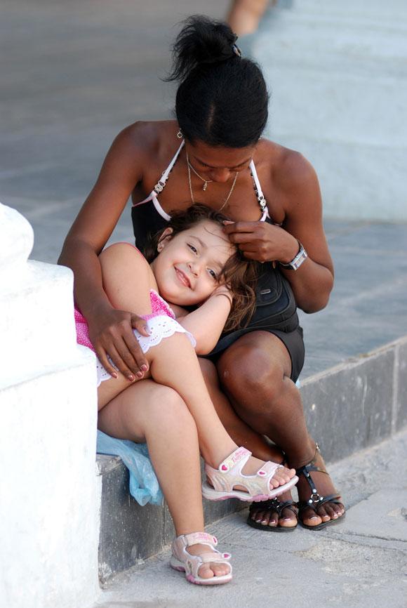 Madre e hija disfrutan el paisaje del Centro Histórico de La Habana Vieja, en Ciudad de La Habana, el 14 de mayo de 2010. AIN Foto: Yaciel PEÑA DE LA PEÑA