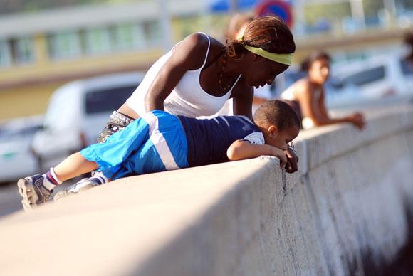 Una madre con su hijo en el malecón, en Ciudad de La Habana, Cuba, el 14 de MAYOde 2010. AIN Foto: Yaciel PEÑA DE LA PEÑA