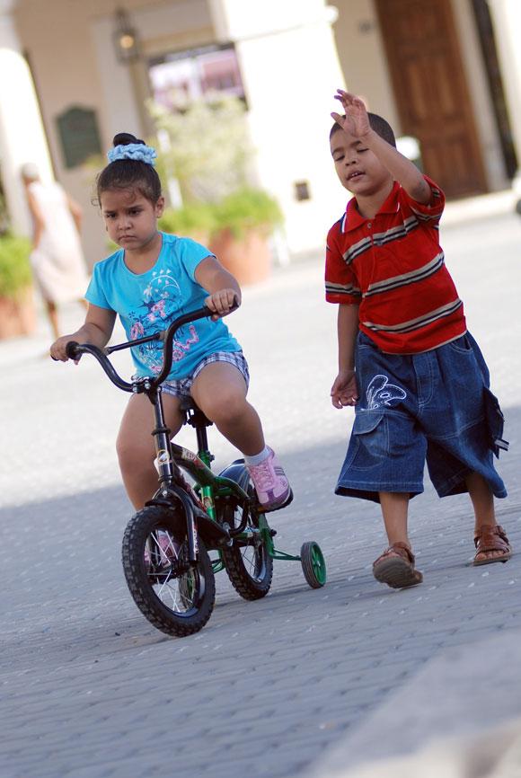 Niños juegan en los alrededores del Centro Histórico de La Habana Vieja, en Ciudad de La Habana, Cuba, el 14 de mayo de 2010. AIN Foto: Yaciel PEÑA DE LA PEÑA