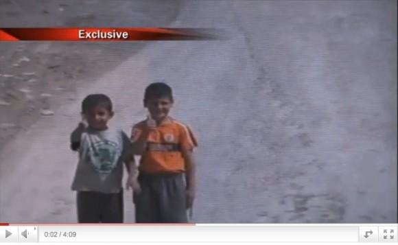 """Los niños, que no saben inglés, hacen un gesto de aprobación  cuando el soldado norteamericano que los filma les pregunta si serán,  cuando crezcan, """"gay o terroristas"""""""