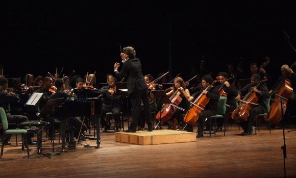 Orquesta Sinfónica Nacional bajo la Dirección del Maestro Gregorio Gutiérrez de Islas Canarias, en el Concierto Inauguración Cubadisco 2010. Foto: Marianela Dufflar / Cubadebate