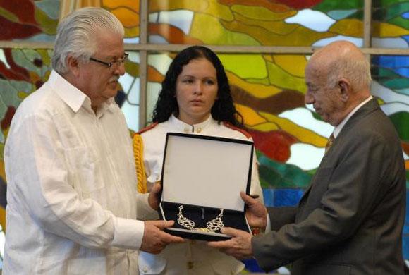 Con su más alto reconocimiento, la condecoración General Eloy Alfaro Delgado, la Asamblea Nacional de la República del Ecuador distinguió hoy la impronta y excepcionales méritos del Comandante en Jefe Fidel Castro Ruz.