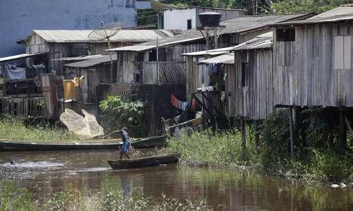 Casas precarias a las orillas del río Xingu, en Altamira, Brasil. Foto Reuters