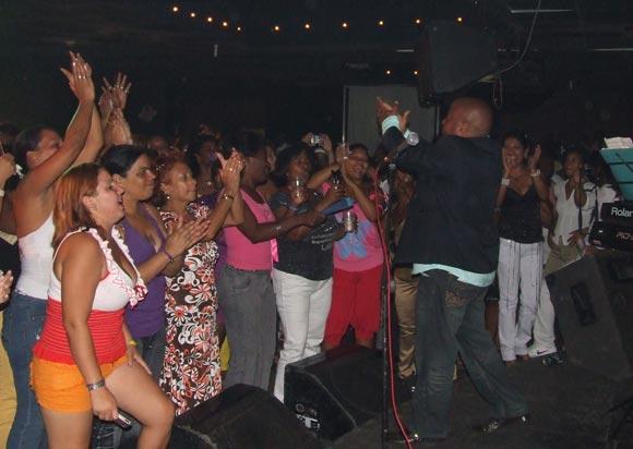 Actuación de Waldo Mendoza en el Café Cantante del Teatro Nacional. Foto: Marianela Dufflar / Cubadebate