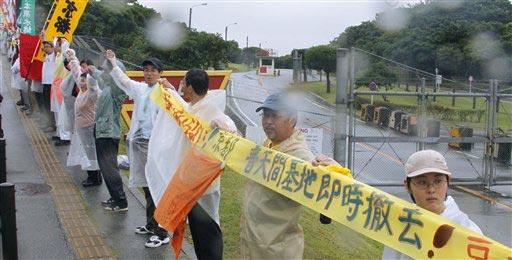 Un grupo de manifestantes une sus manos alrededor la Base Aérea del Cuerpo de Infantes de Marina de EEUU en la prefectura de Okinawa en el sur de Japón el domingo 16 de mayo de 2010. Unos 17.000 manifestantes se reunieron para rodear la base (Foto AP/Kyodo News, Kazuhiko Yamashita)