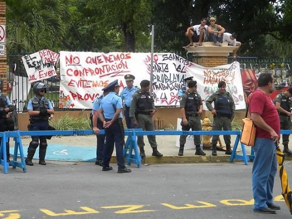 Universidad de Puerto Rico rodeada por los policias