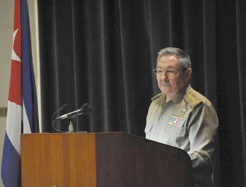 El General de Ejército Raúl Castro Ruz, Presidente de los Consejos de Estado y de Ministros, presidió ayer la reunión ampliada del Consejo de Defensa Nacional, celebrada en el MINFAR. Foto: Geovani Fernández