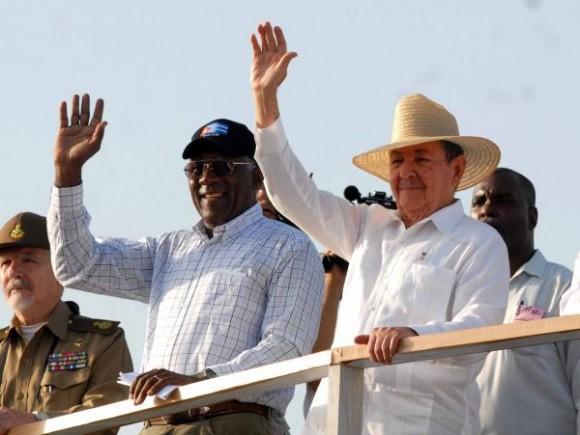 """El General de Ejército Raúl Castro Ruz (D), Presidente de los Consejos de Estado y de Ministros, junto a otros dirigentes, encabeza el desfile central por el Primero de Mayo, en la Plaza de la Revolución """"José Martí"""", de esta capital, el 1 de mayo de 2010.  AIN FOTO/Marcelino VAZQUEZ HERNANDEZ"""
