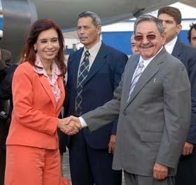La Presidenta argentina Cristina Fernández saluda al Presidente Raúl Castro durante su visita a Cuba en enero de 2009  Foto: Archivo de Cubadebate