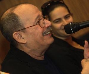 Miles aclaman de pie al cantautor cubano Silvio Rodríguez al subir a escenario