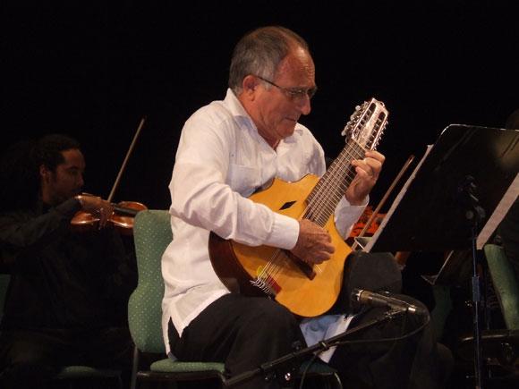 El Laudista Efraín Amador, en el Concierto Inauguración Cubadisco 2010. Foto: Marianela Dufflar / Cubadebate