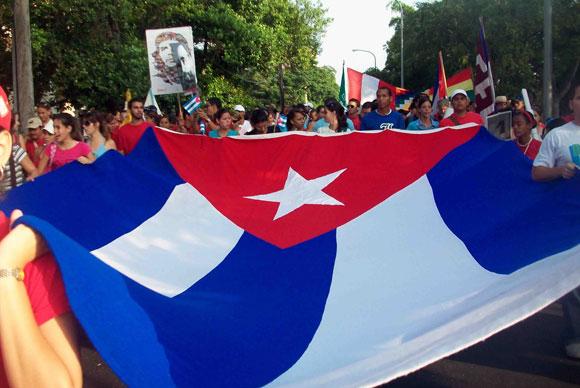 La bandera cubana en manos universitarias