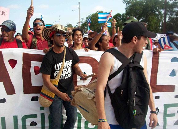 """""""Cervecita, cervecita, cervecita para la marcha, lo necesita""""; """"Limonada, limonada, pa' Europa que no hace nada"""", coreaban Jano y Joan, estudiantes colombianos de Sociología."""